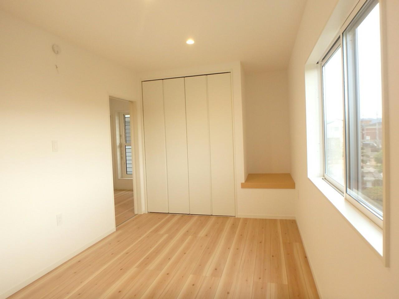 2階洋室には各部屋に収納がついています。 どの収納も洋服がかけられるタイプの収納なのでとっても便利です♪ 収納横にあるちょっとしたスペースも有効的に活用できそうですね。