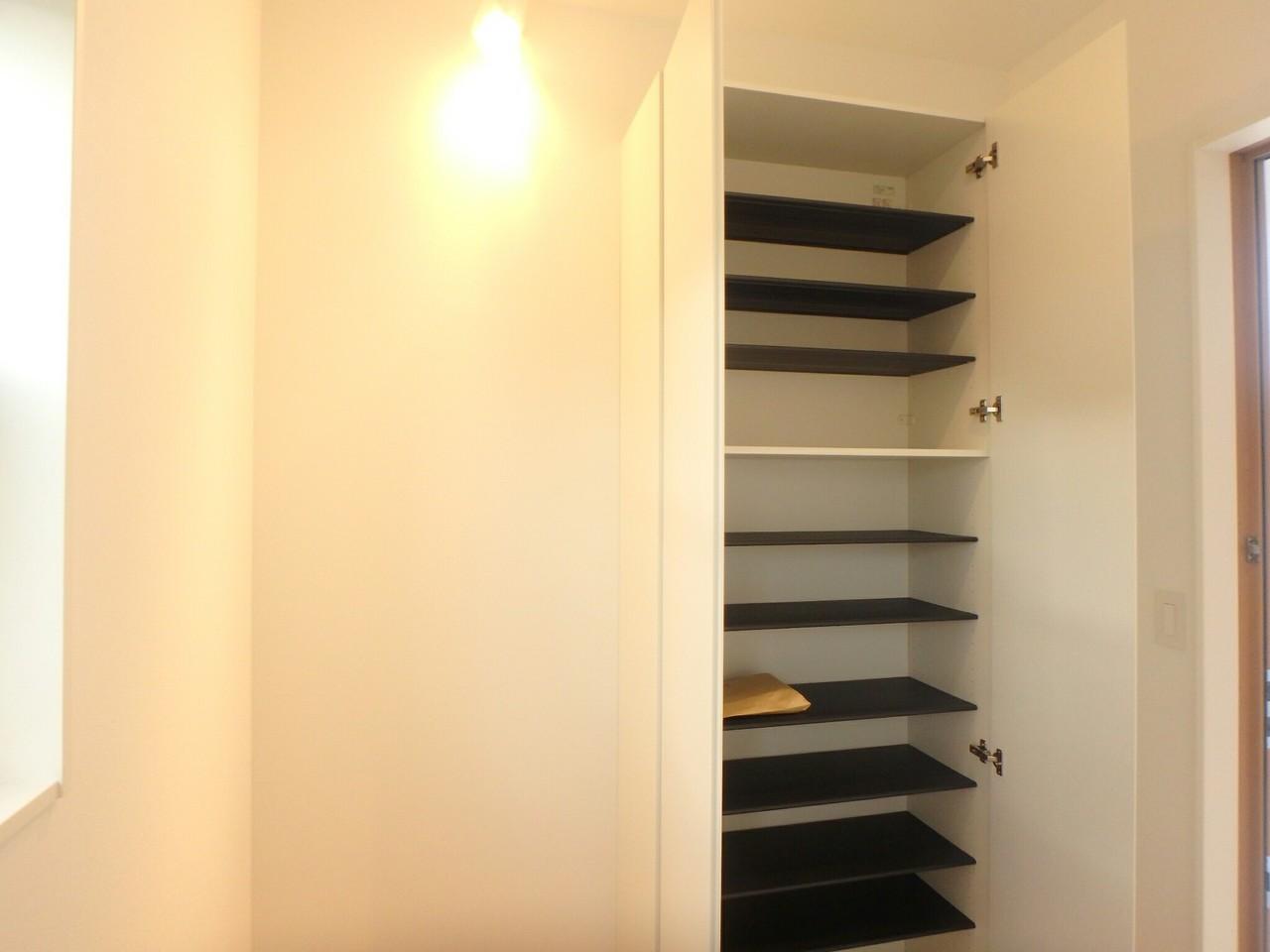 玄関に設置されているシューズクローゼットです。家族4~5人分の靴を収納できるほどの大きさになっています。