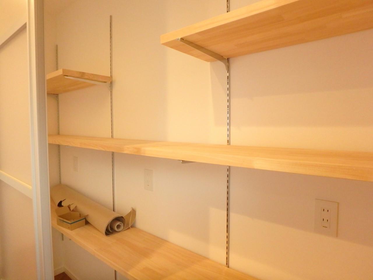 キッチン後方に設置されている収納スペースです。 棚の高さがお好みに応じて移動できるので、素敵にレイアウトできますね♪ 新しいカップボードを購入する必要もなさそうですね!