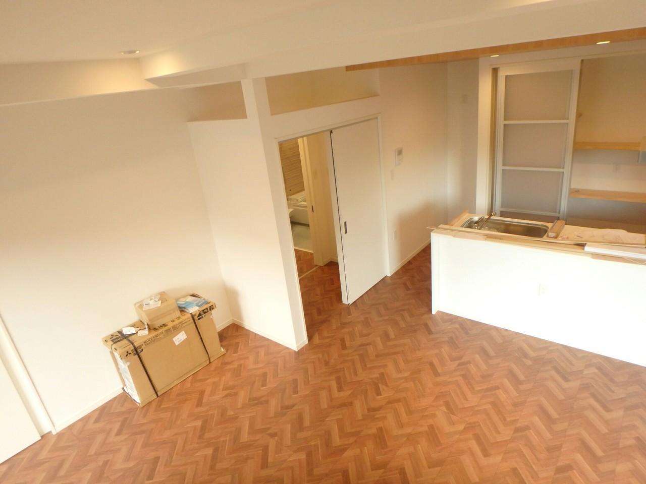 玄関からキッチン、洗面、浴室と行き止まりのない「回遊性」を重視した動線設計なので、家事もテキパキこなせます。 キッチン後方には壁一面に配置された収納スペースがありますよ♪