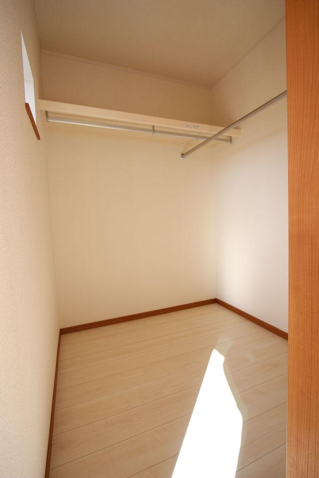 7帖洋室にはウォークインクローゼットを配置。 約2帖の広さがございます。