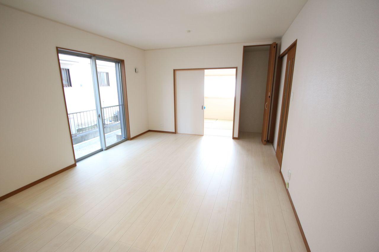和室と合わせて22帖の大きな空間!! お子様ものびのび遊んで頂ける広さです。