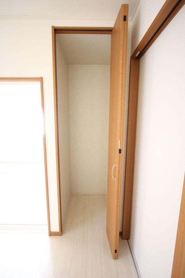 リビングに収納を設置しました。 わずかなスペースですが散らかりがちな場所の整理に役立ちます