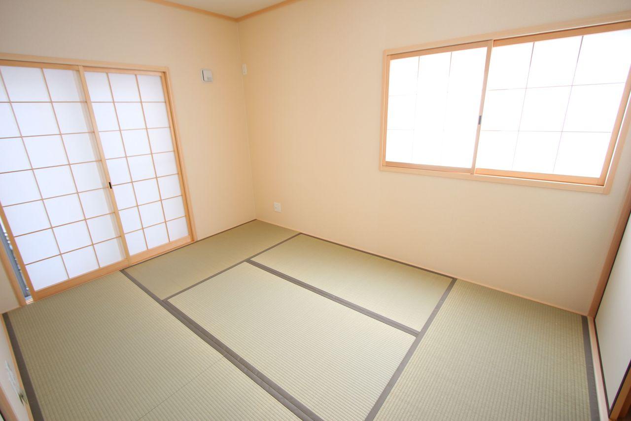 南向きの明るい室内。 リビングに続いており大変開放的です。
