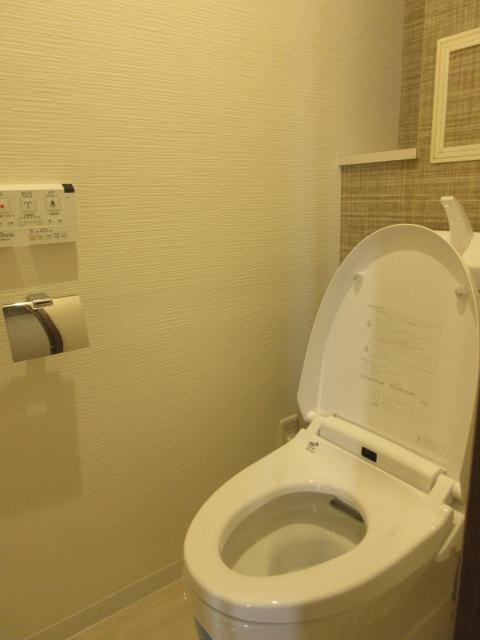 温水洗浄付トイレは壁紙もお洒落で清潔感がありますね。