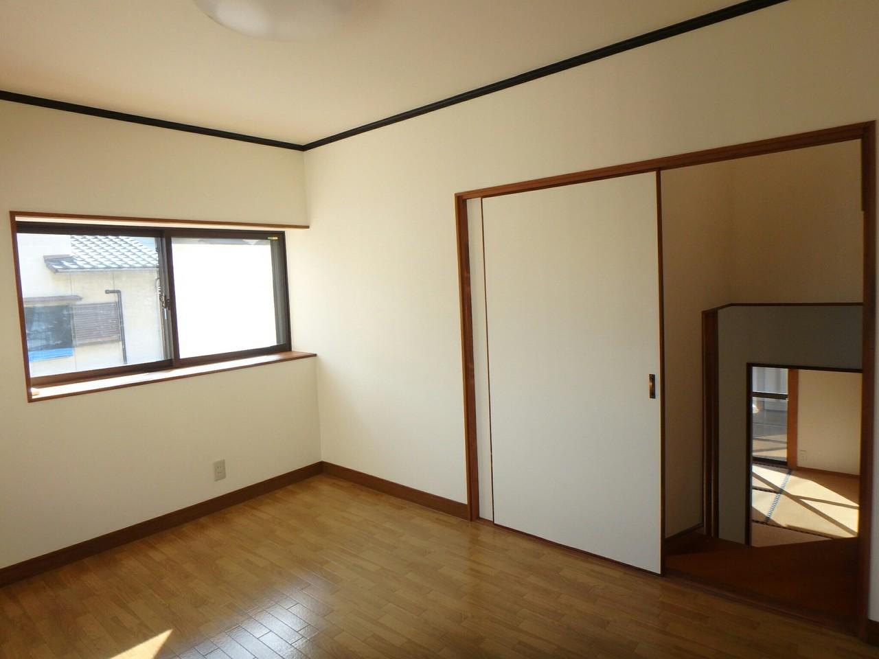 中2階にある洋室です。どのような部屋にするかはお客様次第♪ とっても日当りもいいですよ♪