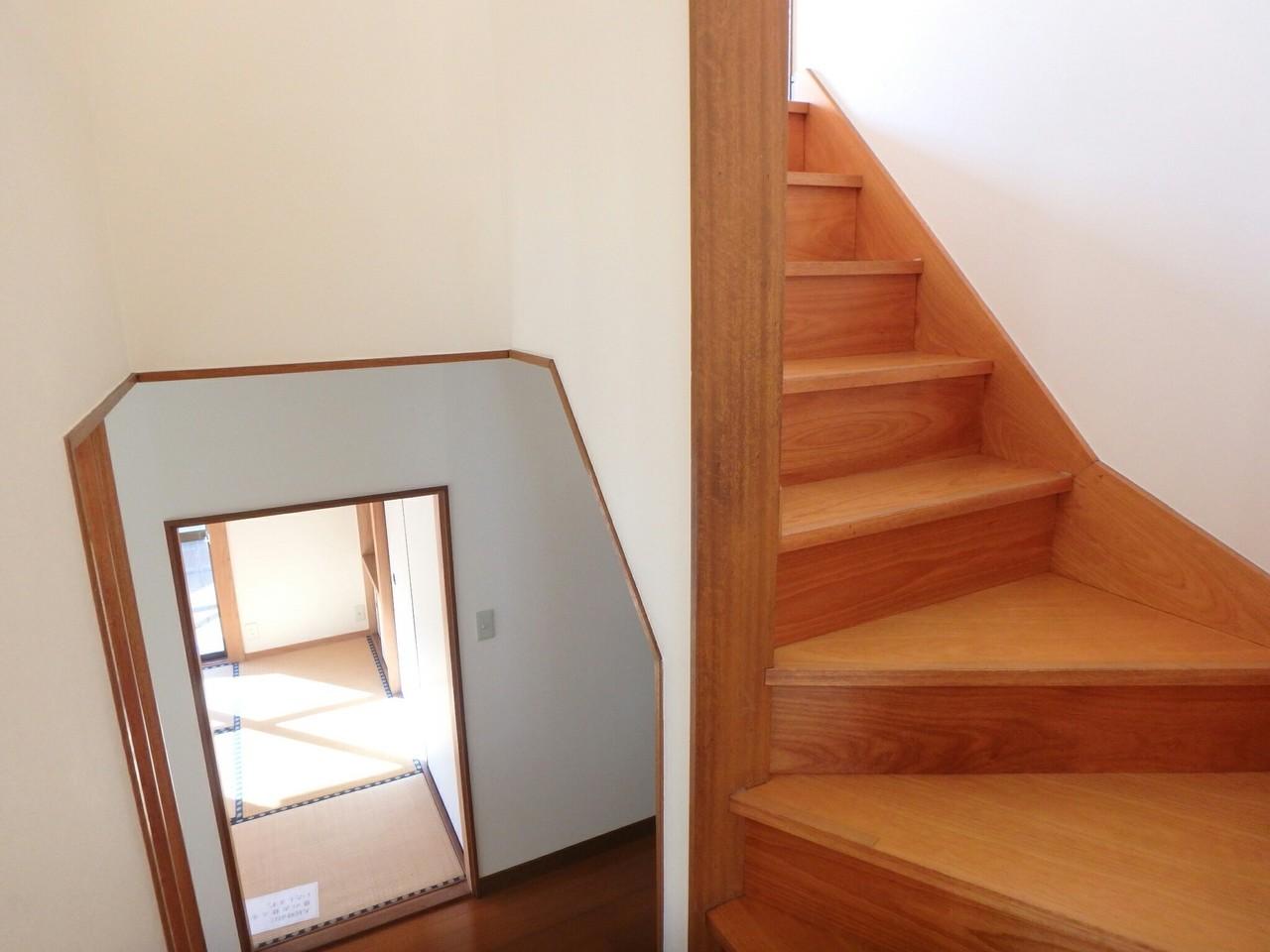 日中は階段も照明なしで過ごせますね。