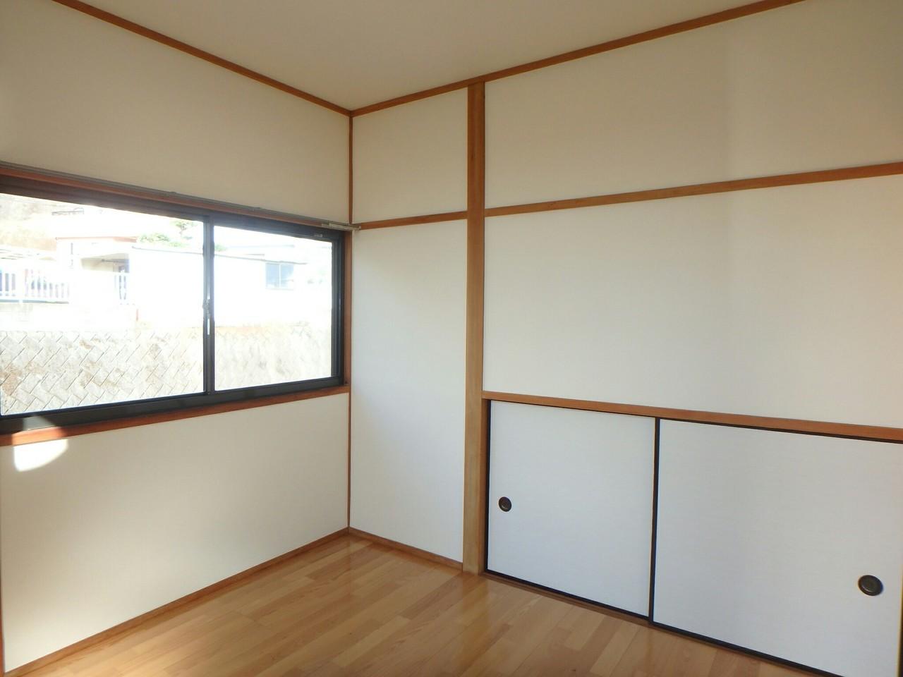 洋室です。収納が備えついているので便利ですね。