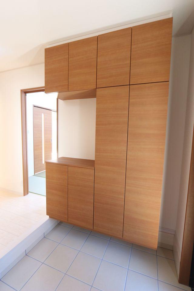玄関には50足以上収納できる 大容量のシューズボックスを設置しました。 散らかりがちな玄関の整理に活躍します。