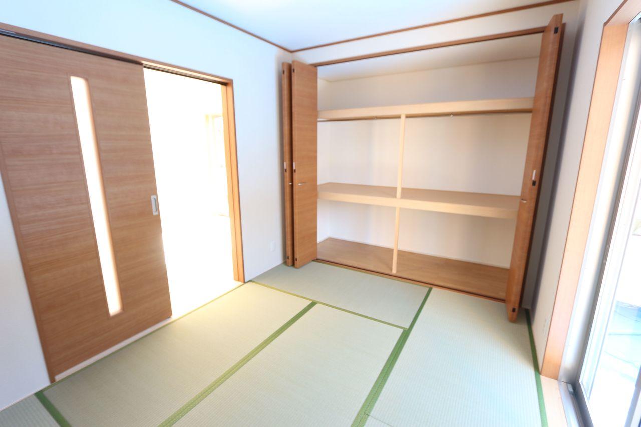 リビングに続く和室は大変開放的です。 合わせて20帖の大きなお部屋になりました。