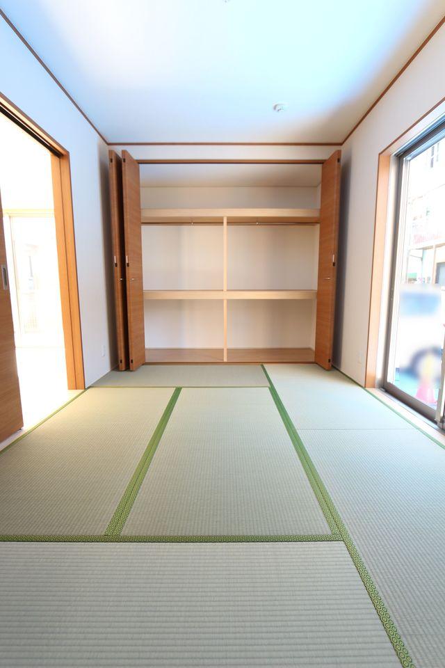 壁一面にクローゼットタイプの押入れを設置。 ふすまの貼替の手間も無く、お手入れ楽々です 客間や寝室として便利にご利用頂けます。