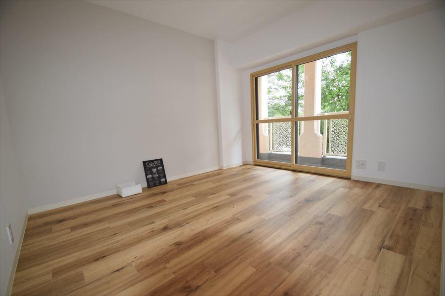 バルコニーへ出ることのできる洋室には収納が付いていません。。しかしその分、生活スペースが広くなっています!収納も必要サイズの自分好みの棚などを置けば、それもまた素敵なインテリアに◎