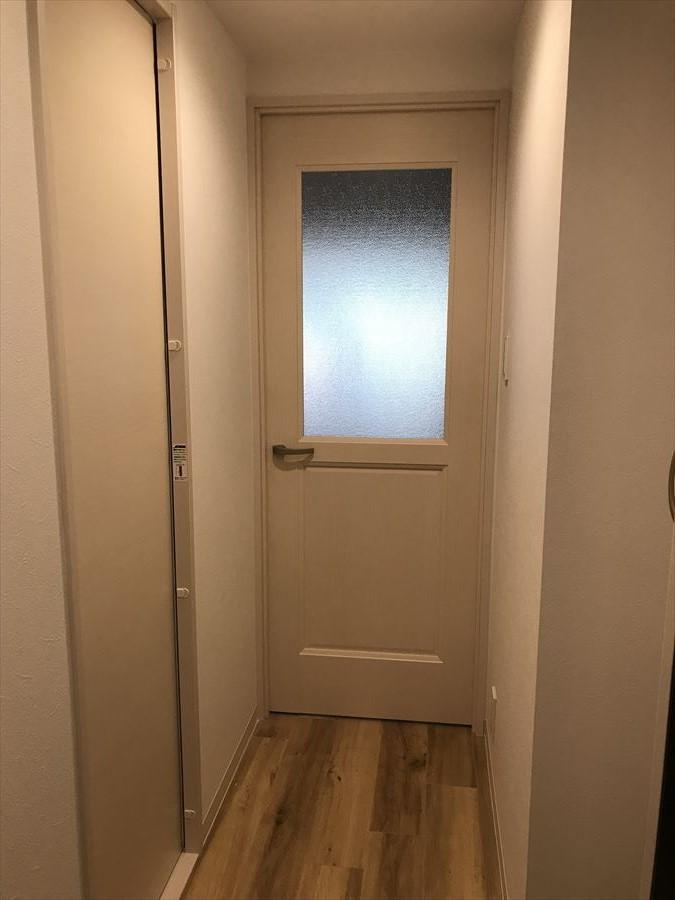 クリーム色の綺麗な扉には、奥からの光がもれます。。その先になにがあるのかワクワクしますね!