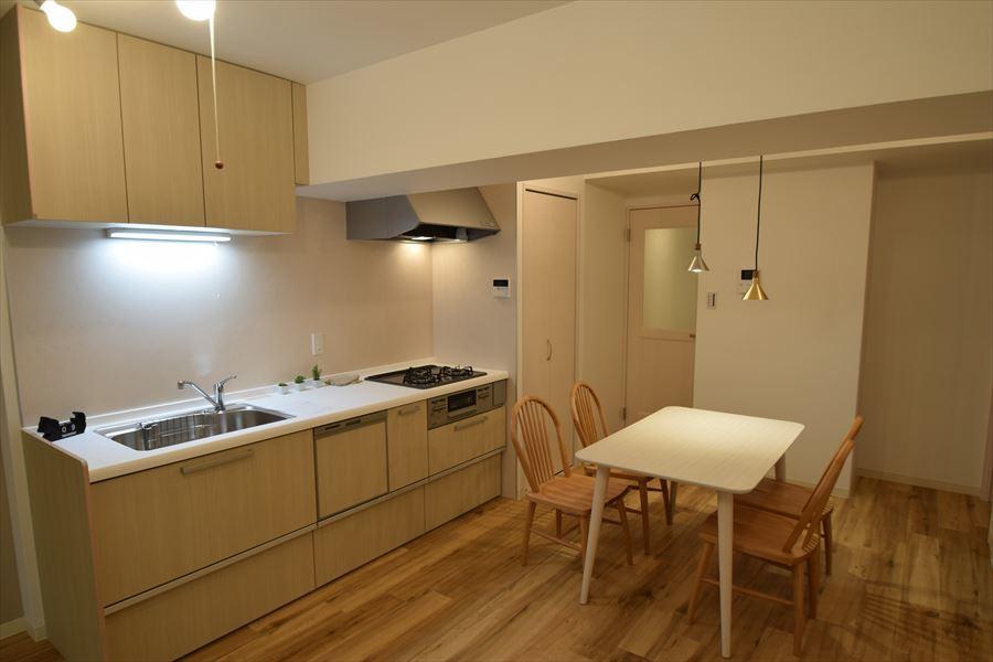 キッチン後ろにはダイニングテーブルを置いても十分なスペースがありますので、毎日の食卓も気分によって配置を変えてみれば、新鮮さを感じることができます(^^)