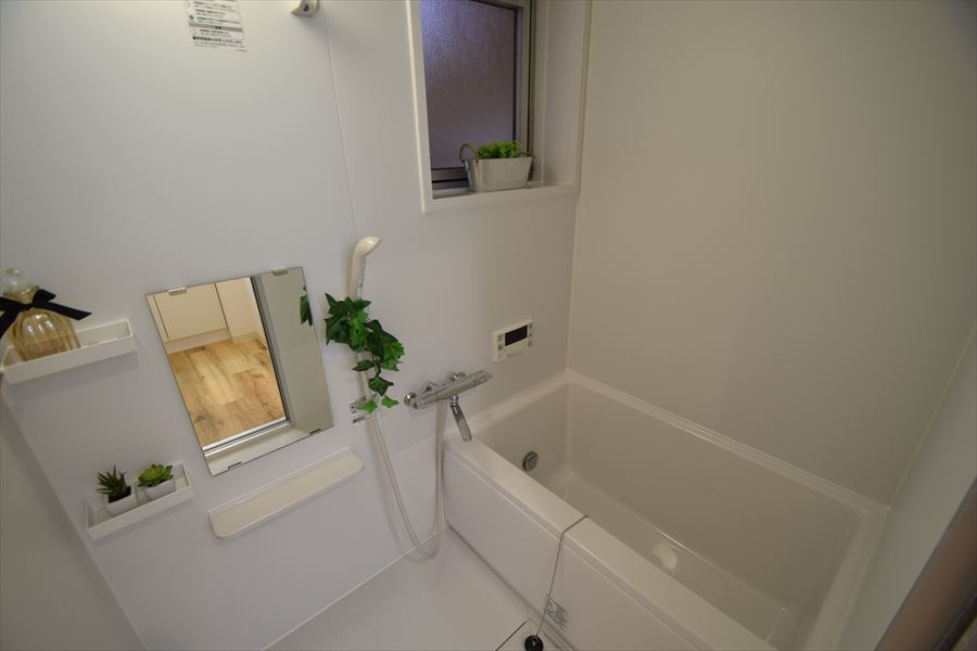 浴室には小窓付き!湿気を逃がして、清潔感のある浴室を保ちましょう◎