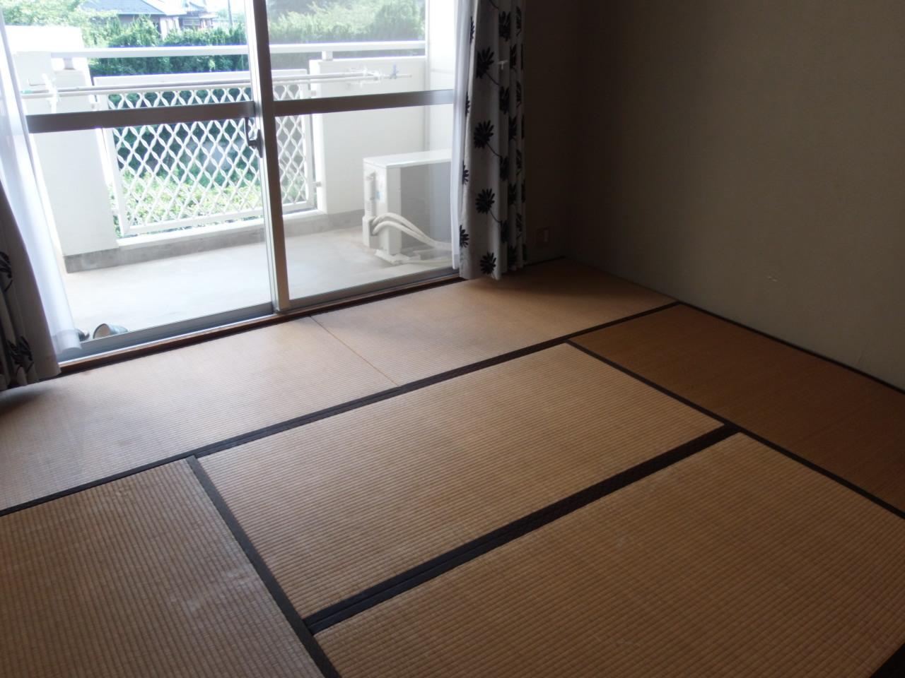 約8畳の和室からはバルコニーに出られます。多目的に使える寛ぎのスペースです。