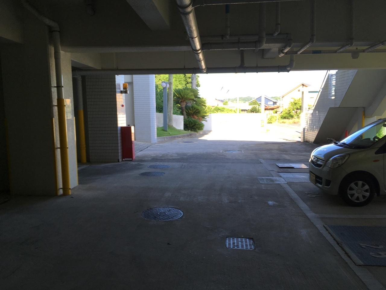 駐車場 (平置き) 地下のため雨でも車の乗り降りに安心です。