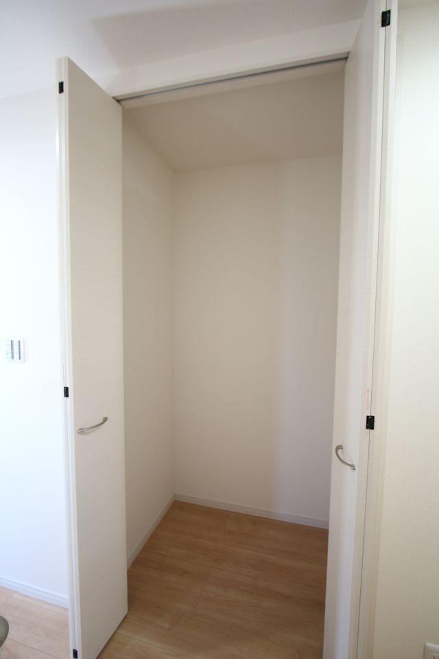 玄関横に収納を設置しました。 コートや上着置き場にいかがでしょうか。