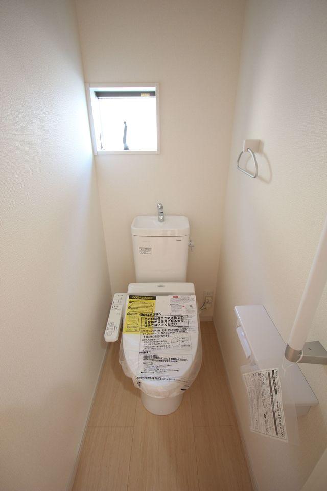 2か所のトイレは朝の混雑緩和に活躍します。 1・2階共にウォシュレット完備