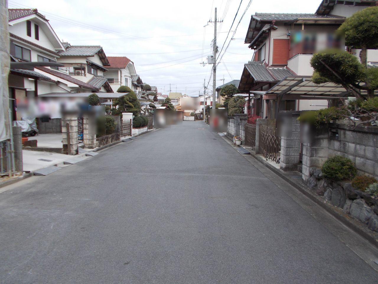 前面道路は約6mございます。 大型車でも出し入れ楽々。 車通りは少なく静かな環境です。
