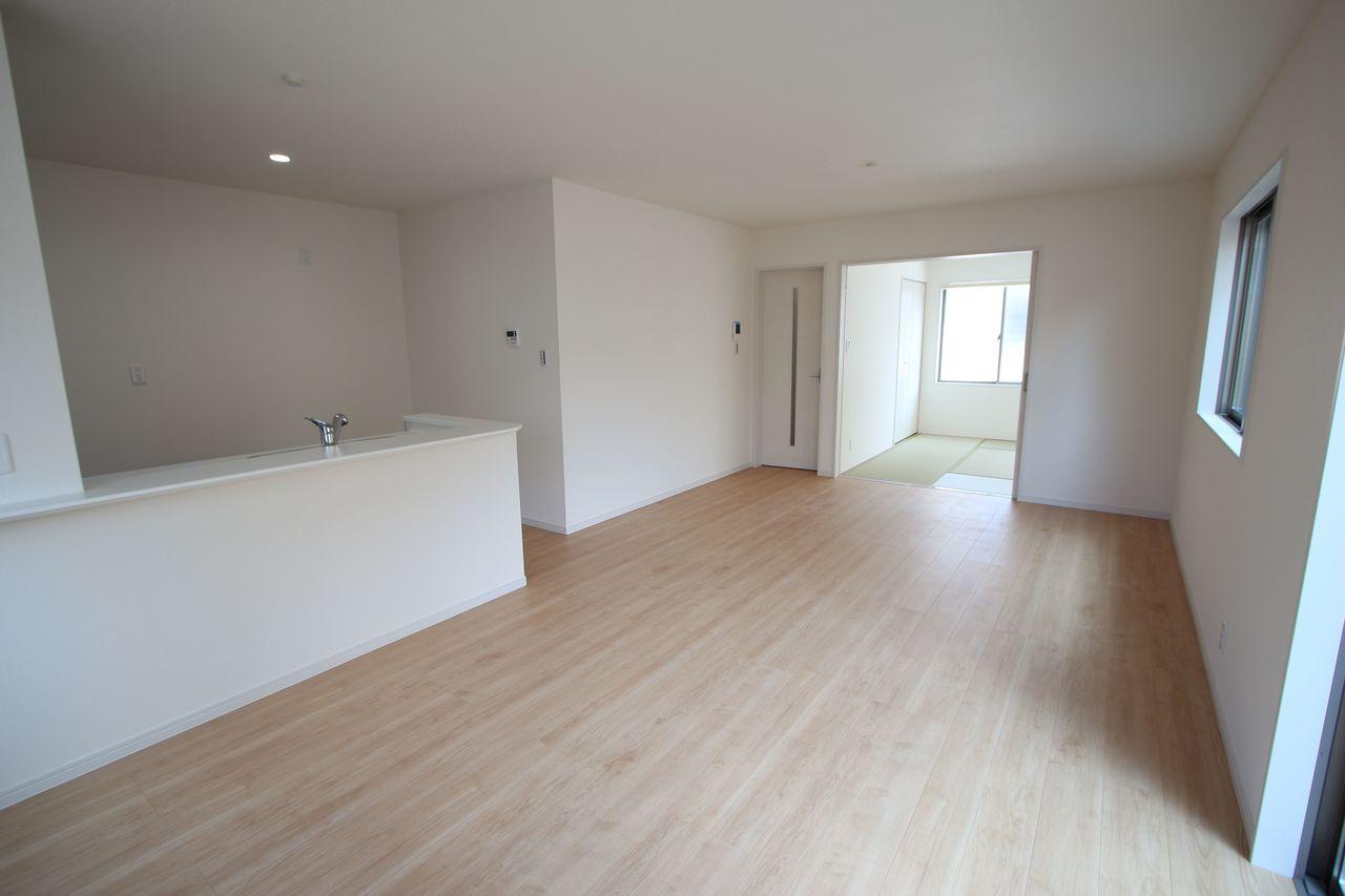 和室と合わせて20.5帖の大きな空間です。 お客様が大勢いらしても、ゆったりお過ごし頂けます。