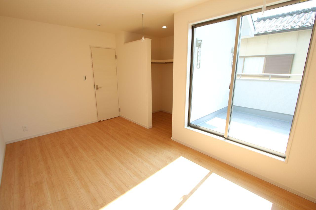 2階洋室には全てクローゼットを設置しております。 沢山の衣類や小物もすっきり片付きますね。