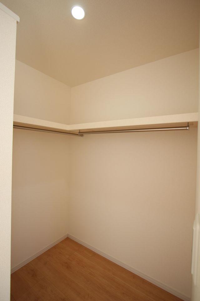 2室にウォークインクローゼットを配置。 約2帖の広さがあり、お手持ちのタンスや チェストを置いて頂く事も可能です。
