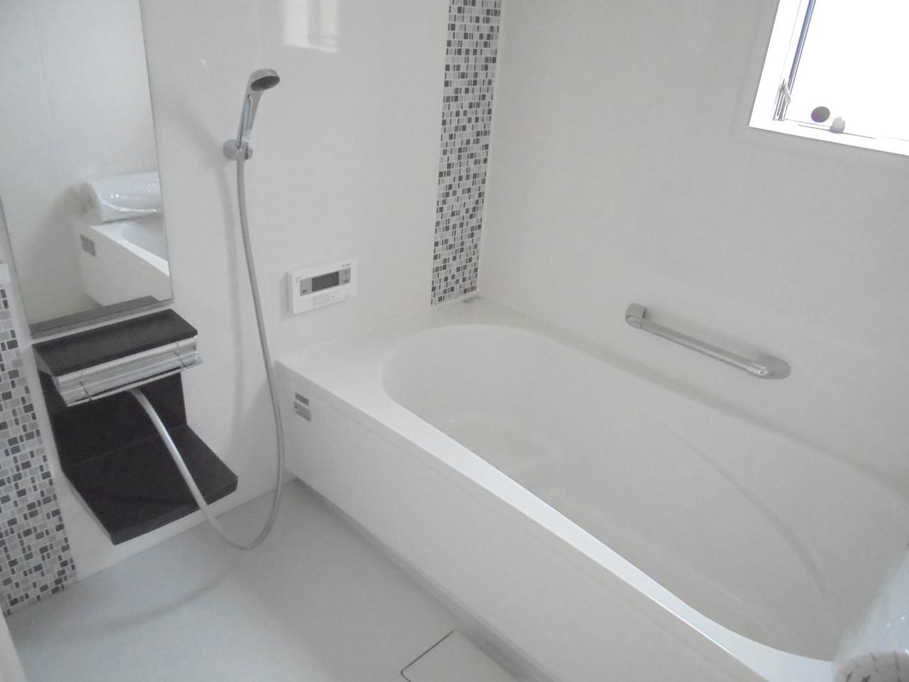 タイル風柄がポイントの浴室です♪ 腰掛のバスタブは半身浴にも◎ バスタイムが楽しくなりそうですね(^^♪