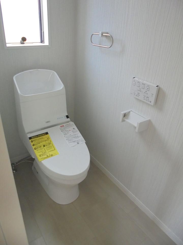 トイレの壁紙もこだわりました◎ 清潔感があり、落ち着いた空間に仕上がっていますよ(^^♪内覧の際はこちらも注目してみてください!