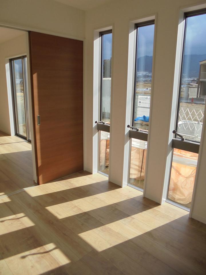 1階洋室は、3つの窓から陽が差し込みます◎