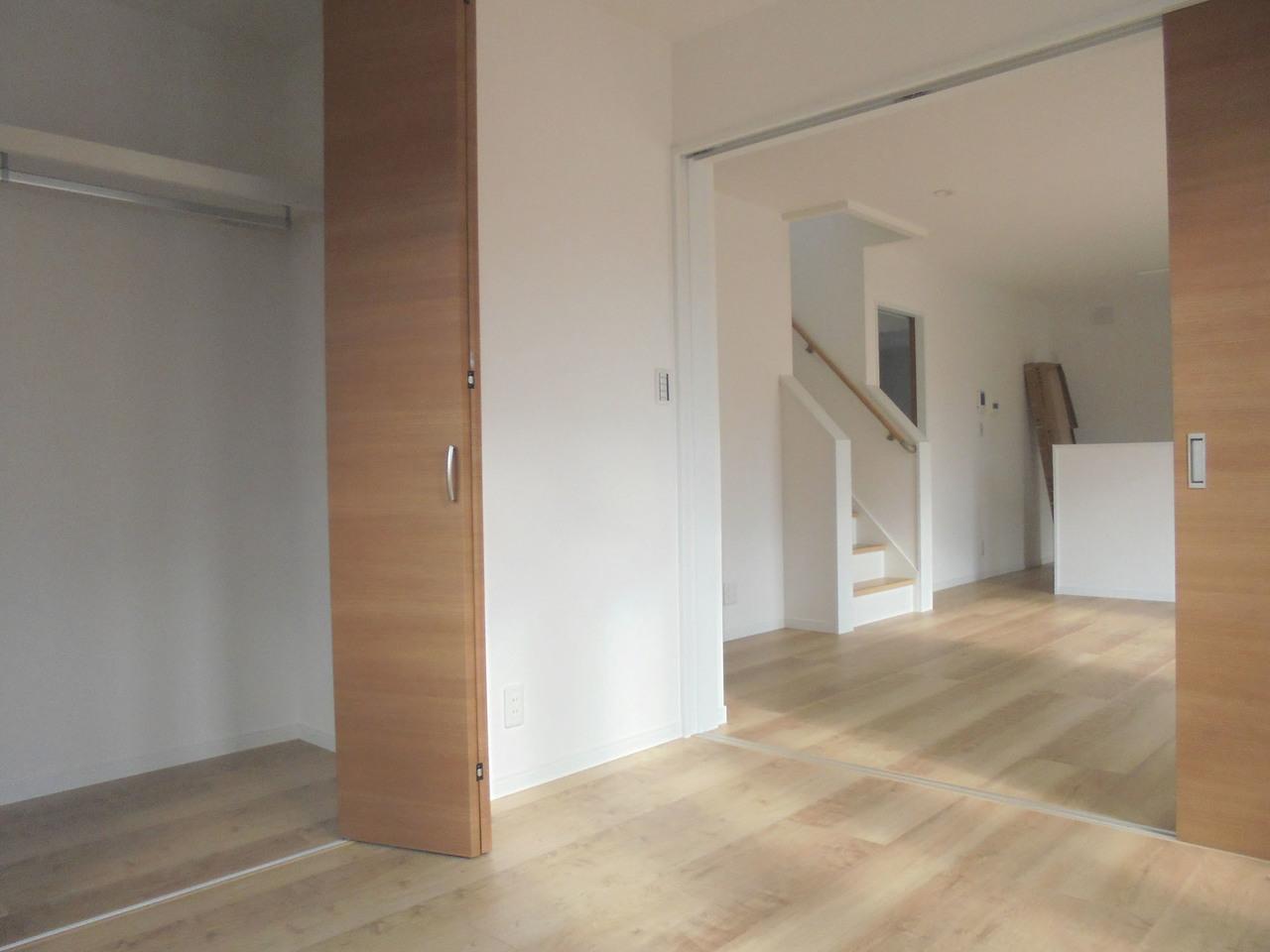 リビング横の洋室は、扉を開けてリビングと繋げて使うこともできます◎