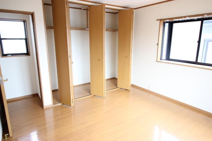 2階 8畳洋室 ゆったりとクローゼットがついた居室は、主寝室にしてもいいですね