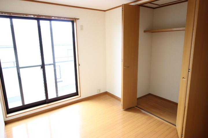 2階 6畳洋室 使い勝手の良い広さの居室には、クローゼットが備え付けなのでお部屋をすっきり片付けられますね
