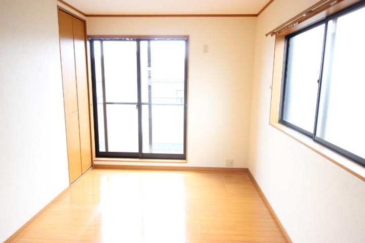 2階 6畳洋室 たっぷりと陽光が差し込む居室には、クローゼットが2カ所あります
