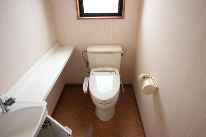 2F トイレ 備え付けの棚があります