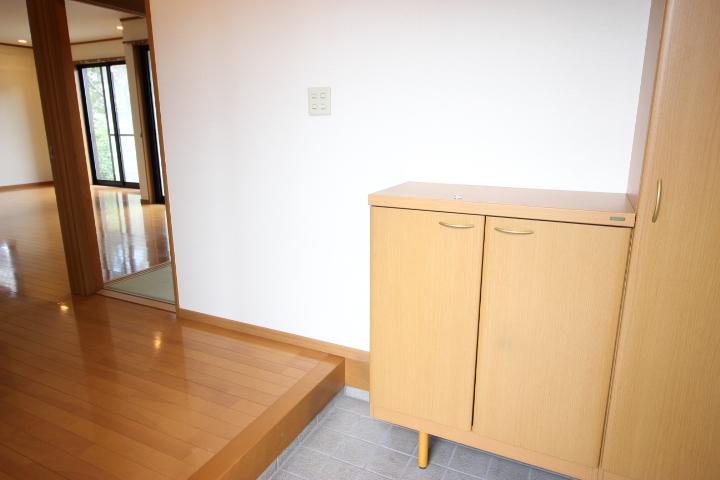 ゆったりとた玄関には、シューズボックスが備えられておりすっきりと使用できます