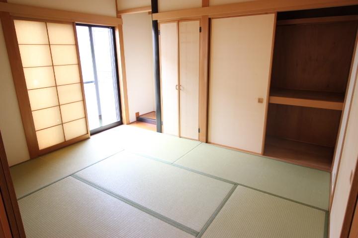 趣のある和室でホッと一息 落ち着いてお茶でも飲みませんか リビングと隣接しているためマルチに使用できる居室です