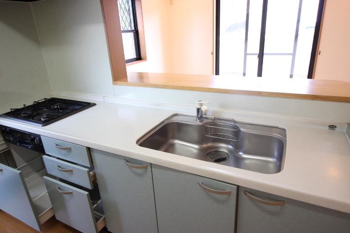 落ち着いたトーンのキッチンです コンロ下も収納ができるので大きめのお鍋やフライパンの収納場所にも困りませんね