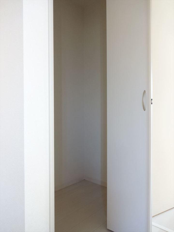 ホールには天井高さまである収納があり、掃除機を片づけるのに便利ですね。