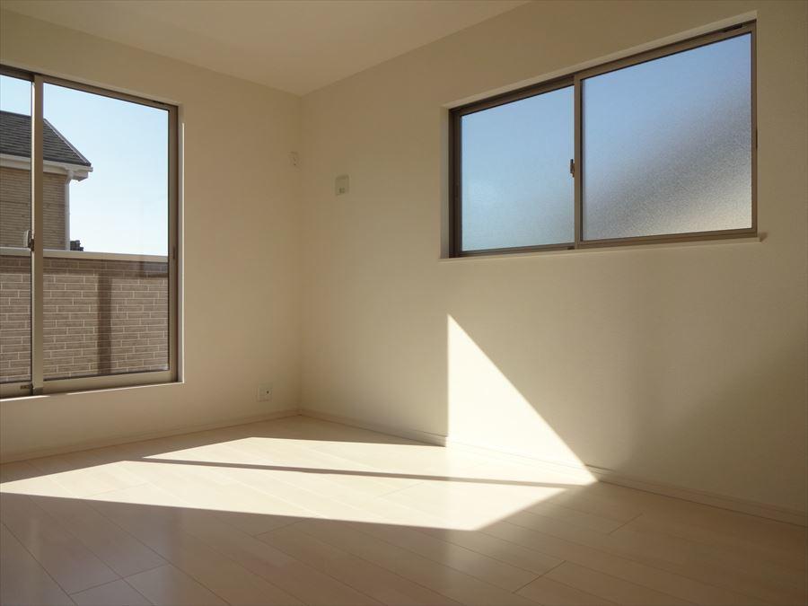 8.75帖の一番大きな居室です。日当りも良好・収納もしっかり完備されていますので、寝室やお子様のお部屋にぴったりですね。