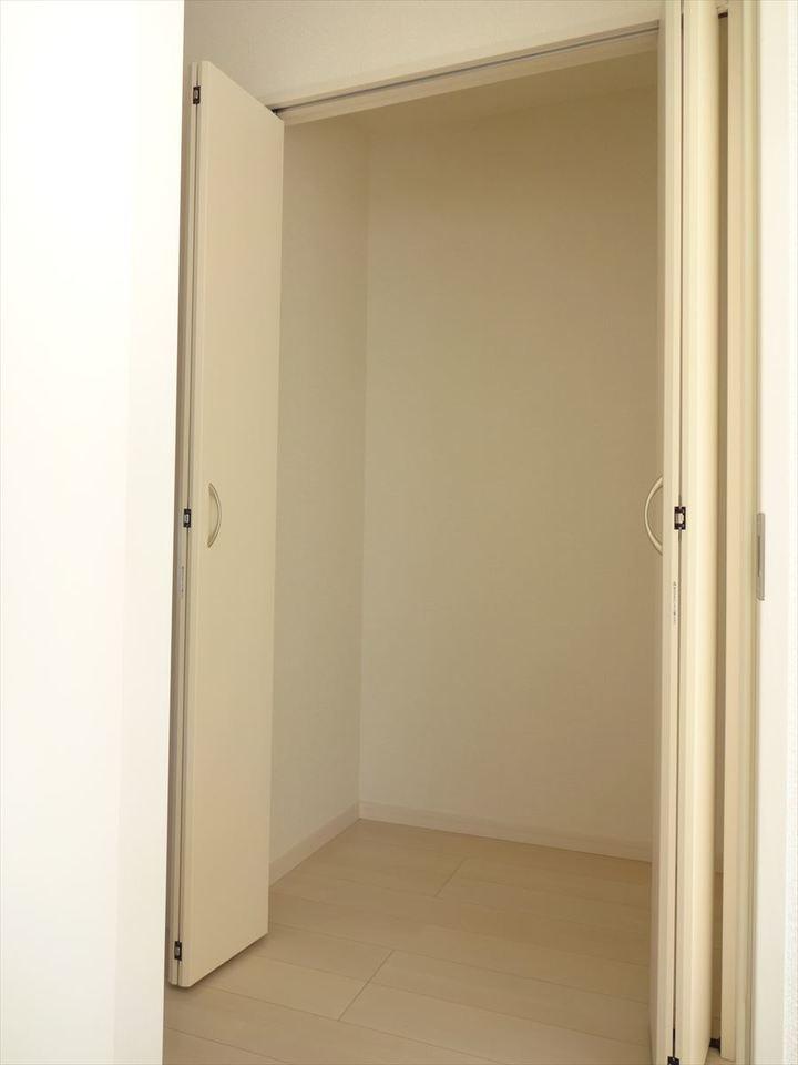 2階廊下には収納があり、季節のものや思い出の品をスッキリと片づけられますね。