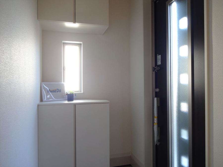 広々シューズボックス付きで、スリットガラス入りのドアは玄関を明るくしてくれます。