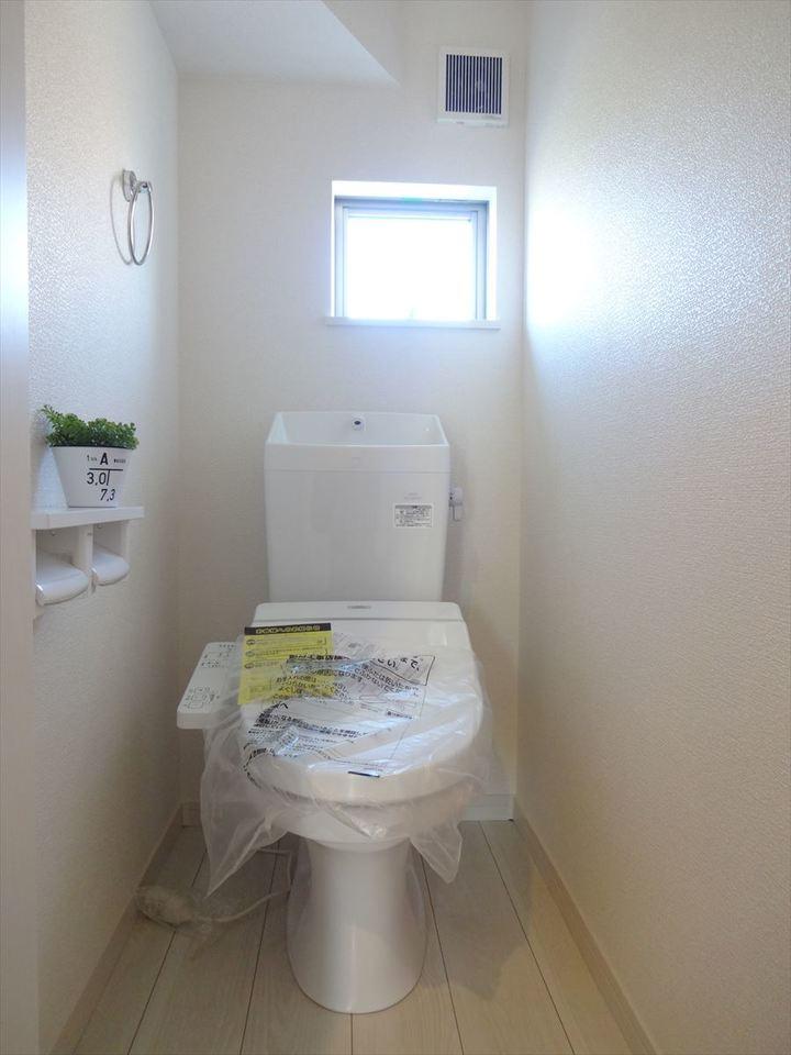 小窓から優しい光の入るトイレは落ち着ける個室です。棚にちょっとした小物も飾れます◎