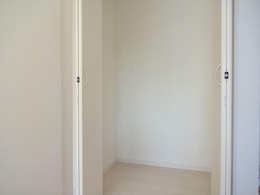 1階ホールには天井高さまである収納があり、掃除機やコートなど上着を収納したり便利です。