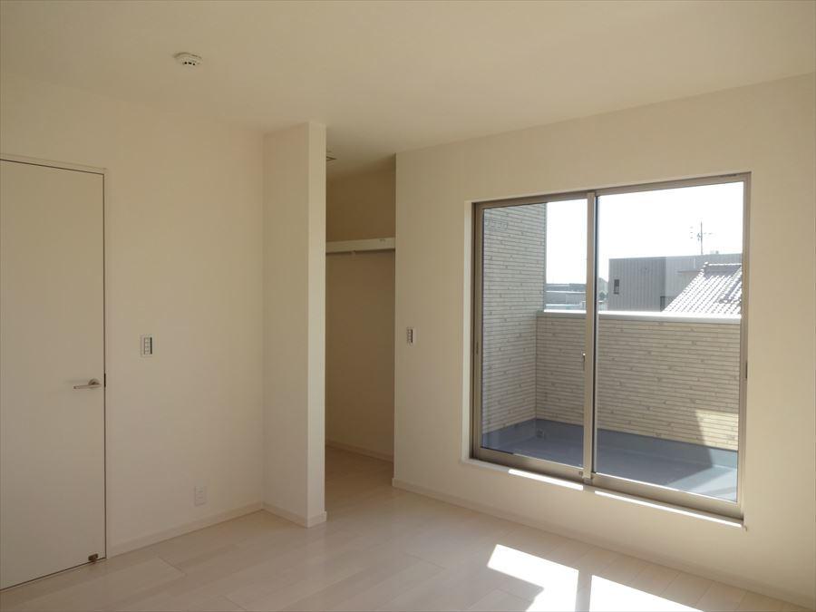 洋室7.75帖:ウォークインクローゼット完備のお部屋はスッキリと片付いて過ごしやすい空間。