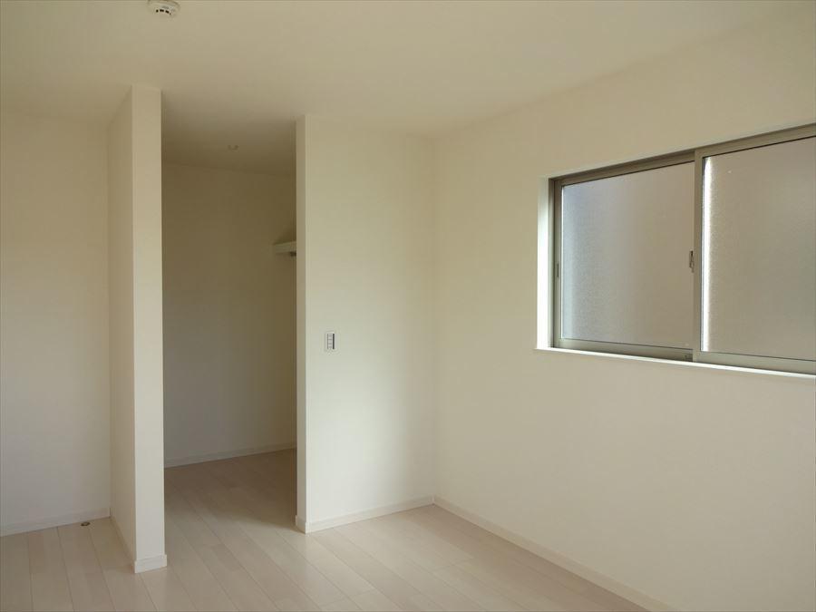 洋室6.5帖:2面採光で窓から光が照らし、室内を明るくしてくれます(^^)晴れやかな気持ちでお過ごしいただけます!