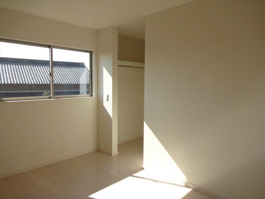 洋室6帖:明るく、収納スペースも完備されで快適に過ごせます。