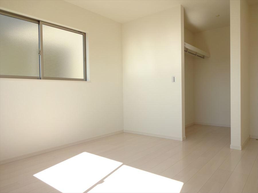 洋室7.5帖一番大きな居室で2面採光で窓から光が照らし、室内を明るくしてくれます(^^)晴れやかな気持ちでお過ごしいただけます!