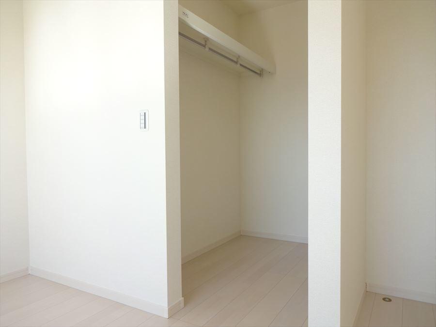 ウォークインクローゼットはポール付棚があり、お部屋がスッキリ片付きます。