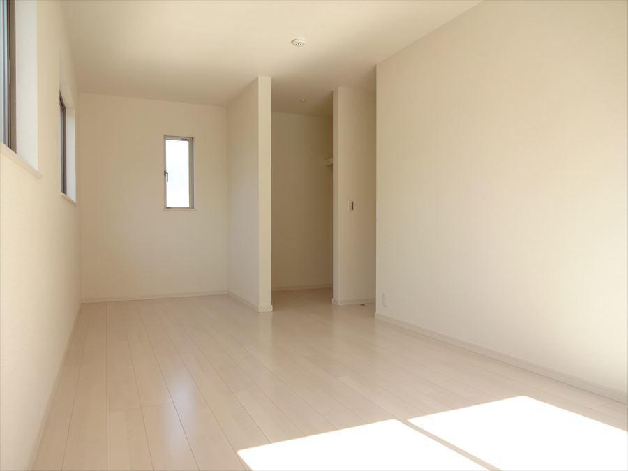 10.25帖の一番大きな居室です。4ケ所窓があり、採光・通風はとても良好で、快適に過ごせます。
